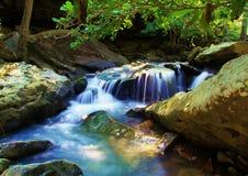 Rocky Natural Spring Waterfall boscoso immagini stock libere da diritti