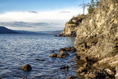 Rocky Okanagan Lake-Ufer Stockfoto