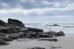 Rocky Outcrop em Sandy Beach imagens de stock royalty free