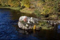 Rocky Outcrop em um rio escocês das montanhas fotografia de stock royalty free