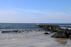 Rocky Outcrop em uma praia litoral fotografia de stock royalty free