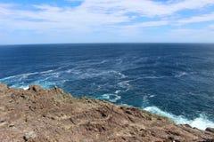 Rocky Outcrop rugueux dans l'Océan atlantique Images libres de droits