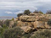 Rocky Outcrop With Sagebrush en el primero plano fotos de archivo libres de regalías