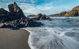 Rocky Pacific Coastline bei Sonnenuntergang Stockbilder
