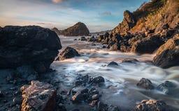 Rocky Pacific Coastline på solnedgången Arkivbild