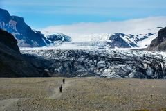 Rocky path to Skaftafellsjokull glacier with few unrecognisable. People, in Skaftafell, Iceland in summer Stock Photos