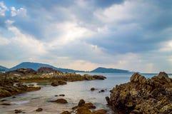 rocky plażowy słońca Piękny złocisty zmierzch przy skalistą brzegową Selekcyjną ostrością Obraz Stock