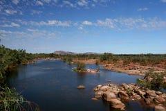 Rocky River Bed im Hinterland in Richtung zu lizenzfreies stockfoto