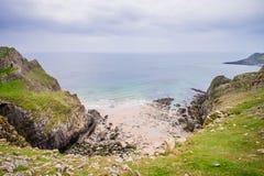 Rocky Sea Shore In Rhossili, Wales-Küsten-Weg Lizenzfreie Stockbilder