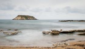 Rocky Seascape avec l'île des geronisos photos libres de droits