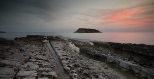 Rocky Seascape com por do sol bonito dramático Fotos de Stock