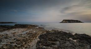 Rocky Seascape med dramatisk härlig solnedgång arkivbild
