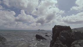 Rocky Seashore Landscape With Shipwreck in de Afstand stock footage