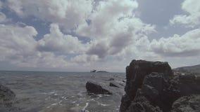 Rocky Seashore Landscape With Shipwreck i avståndet arkivfilmer