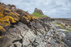 Rocky Seashore y castillo viejo Fotos de archivo libres de regalías