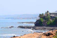 Rocky Seaside de un pueblo indio del puerto - Harnai Fotos de archivo