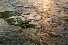 Rocky Shallow Water al tramonto fotografie stock libere da diritti
