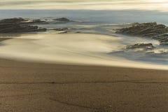 Rocky Shore au lever de soleil Photos stock