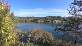 Rocky Shore do lago, pedreira inundada do granito filme