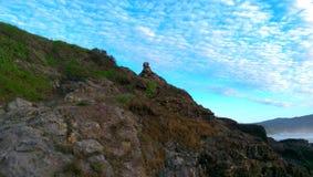 Rocky Shore, heller blauer Himmel Stockfotos