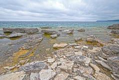Rocky Shore Looking para fora ao lago Foto de Stock