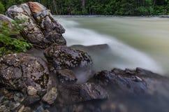 Rocky Shore mit flüssigem Flusswasser Lizenzfreie Stockfotos