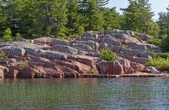 Rocky Shore na região selvagem Foto de Stock Royalty Free