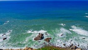 Rocky Shore Ocean Waves Crashing debajo de Cliff Cabo da Roca, Portugal imagenes de archivo