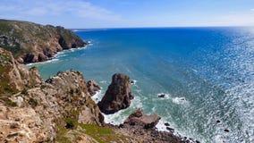Rocky Shore Ocean Waves Crashing debajo de Cliff Cabo da Roca, Portugal imágenes de archivo libres de regalías