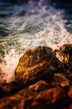 Rocky Shore And Ocean Waves diminuto Fotos de Stock Royalty Free