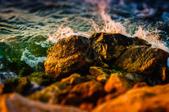 Rocky Shore And Ocean Waves diminuto Imagens de Stock