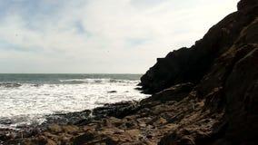 Rocky Shore With Ocean Waves och molnig himmel stock video