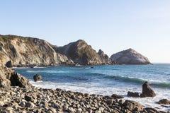 Rocky Shore On Sunny Day Photos libres de droits