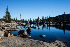 Rocky Shore van Aloha Lake in Siërra Nevada Mountains stock fotografie