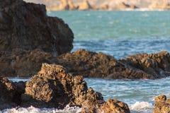 Rocky Shoreline, couleurs chaudes d'après-midi photographie stock libre de droits