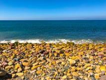 Rocky Shoreline ed oceano blu profondo fotografia stock libera da diritti