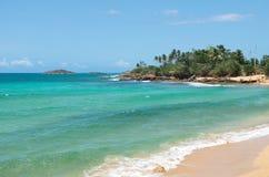Rocky Shoreline et plage près d'Arecibo Photographie stock libre de droits