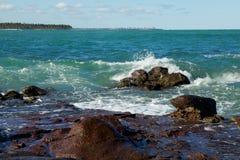Rocky Shoreline met Verpletterend Water royalty-vrije stock fotografie