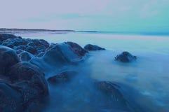 Rocky Shoreline nära St-hårkammar, Fraserburgh Arkivbild