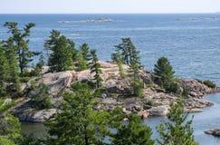 Rocky Shores av den georgiska fjärden Ontario Arkivfoto