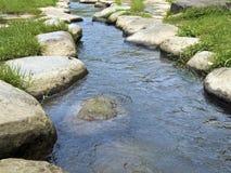 Rocky Stepping Stones le long de rivière Photos stock