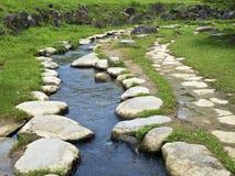 Rocky Stepping Stones lungo il fiume Fotografia Stock Libera da Diritti