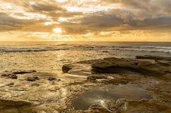 Rocky Sunrise Seascape fotografering för bildbyråer