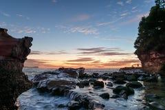 Rocky Sunrise Seascape lizenzfreie stockfotografie