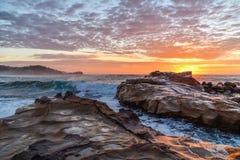 Rocky Sunrise Seascape photographie stock libre de droits