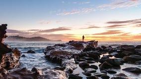 Rocky Sunrise Seascape lizenzfreie stockbilder