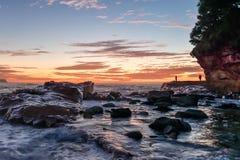 Rocky Sunrise Seascape på den Avoca stranden royaltyfria foton