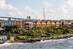 Rocky Surf dall'hotel variopinto del Curacao Immagini Stock