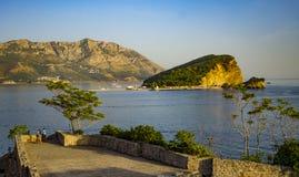 Rocky Sveti Nikola ö från en citadellfästning i Budva Royaltyfri Bild