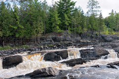Rocky Terrain- und Fluss-Stromschnellen bei Jay Cooke Lizenzfreies Stockbild